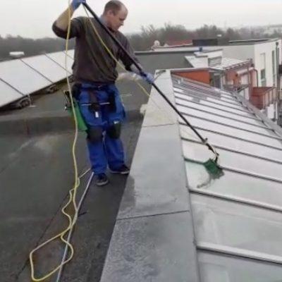 glasreiniger beim fensterreinigung einen glasdach in schwabach https://fensterputzerschwabach.de/ueber-uns reinigungsdienst